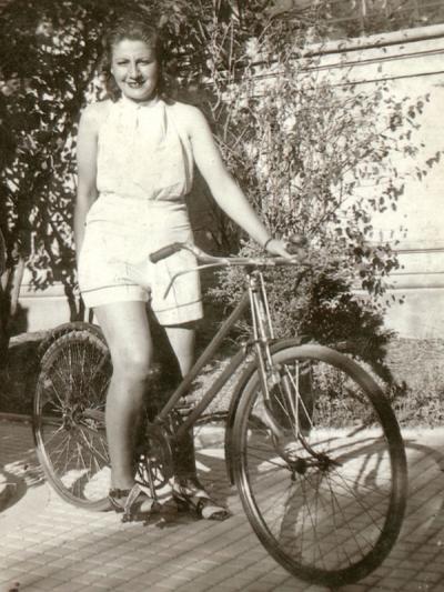 Gloria Fuertes   Madrid 1917-1998   Centenario Gloria Fuertes   Gloria Fuertes en bicicleta (1941)