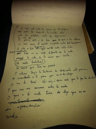 Manuscrito original del poema 'La vida está entre la arena de los parques...' de Pablo Cortina