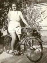Gloria Fuertes | Madrid 1917-1998 | Centenario Gloria Fuertes | Gloria Fuertes en bicicleta (1941)