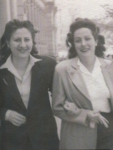 Gloria Fuertes | Poeta y escritora | Madrid 1917-1998 | Centenario Gloria Fuertes | #gloriafuertes100 | Con su amiga Chelo Sánche por la Gran Vía (años 40)